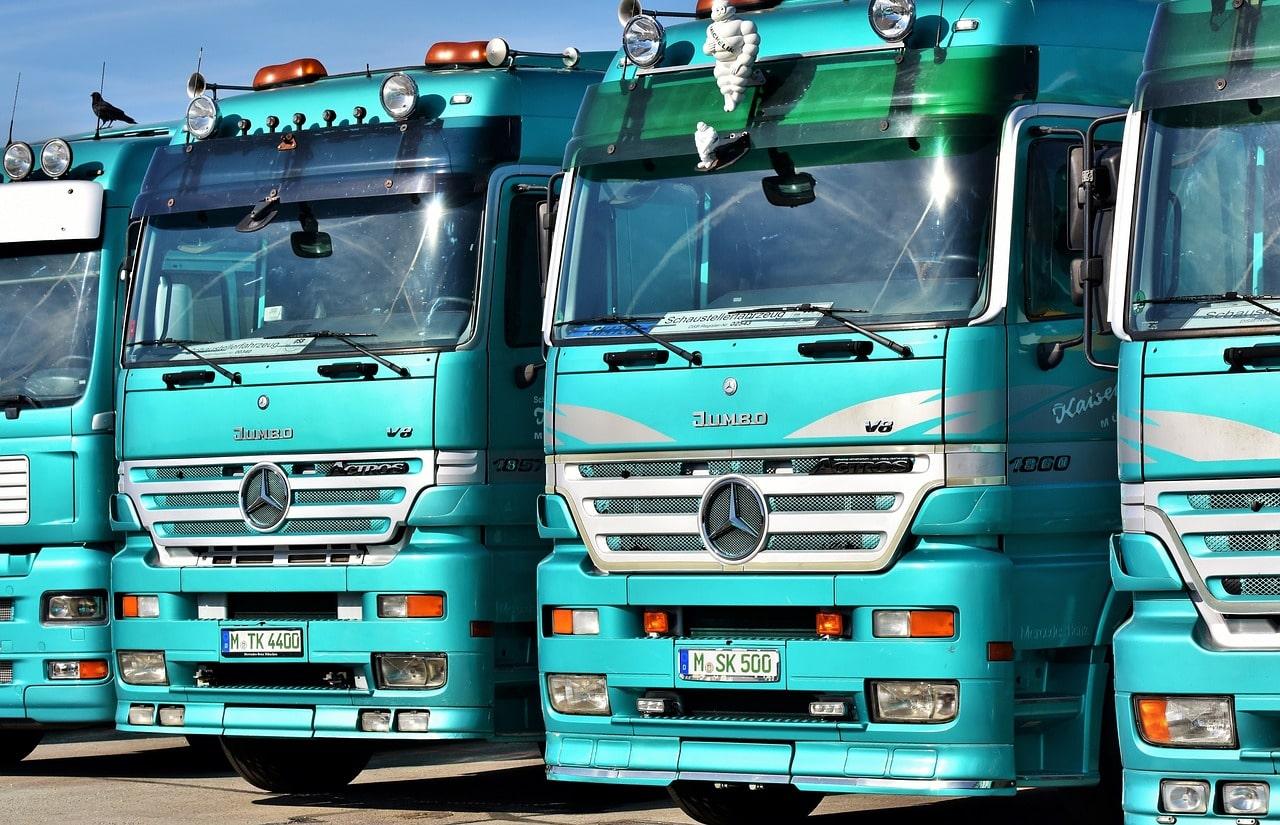 grupo de camiones aparcados
