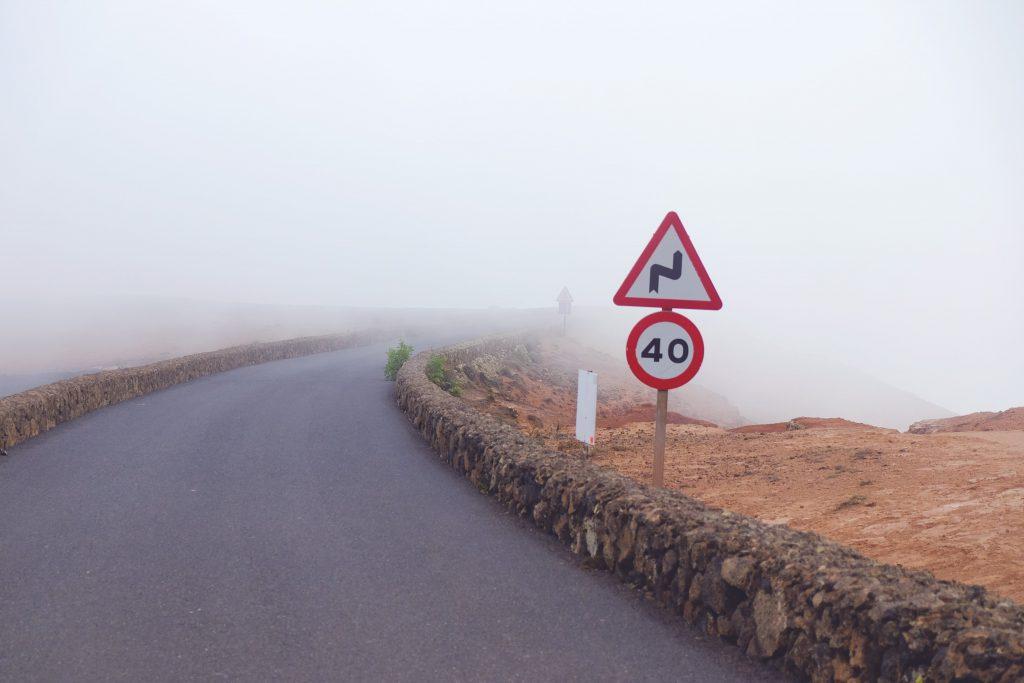 carretera señales niebla
